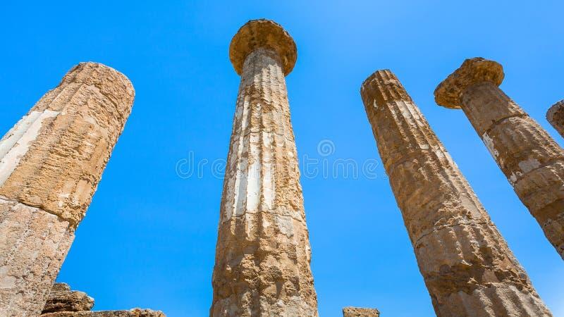 蓝天和古庙的多利安人的专栏 免版税库存图片