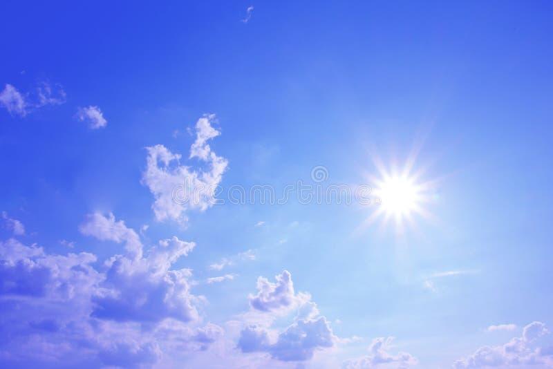 蓝天和明媚的阳光与云彩 免版税库存图片