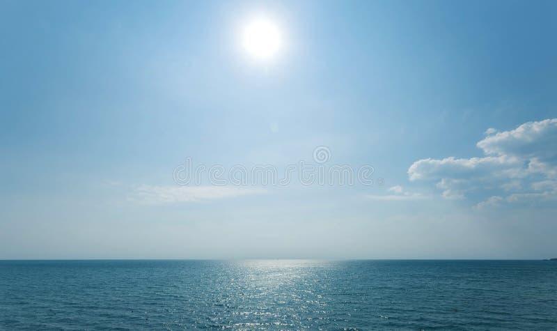 蓝天和海,夏天风景 免版税库存图片