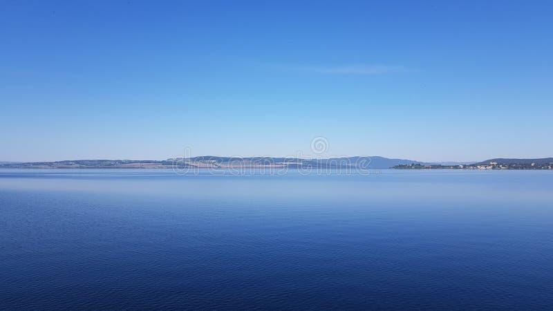 蓝天和湖Mjøsa 免版税库存图片