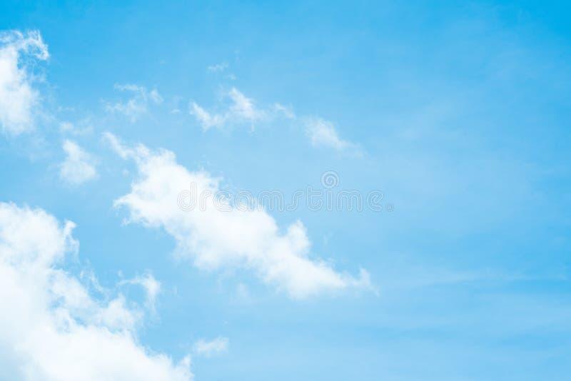 蓝天和白色云彩在新早晨 库存图片