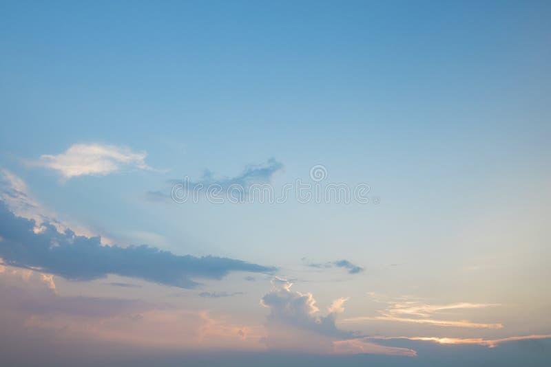 蓝天和白色云彩在晚上 免版税库存图片