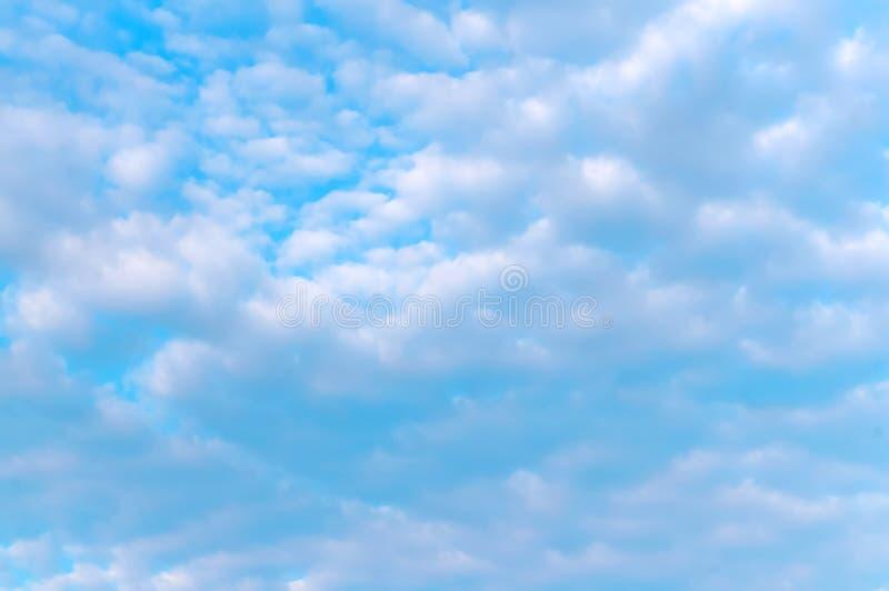 蓝天和白色云彩,在蓝色背景的白色云彩 库存图片