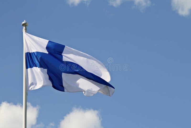 蓝天和芬兰` s旗子 免版税图库摄影