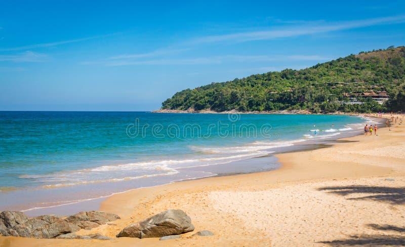 蓝天和风平浪静Naithon的Noi在普吉岛泰国靠岸 库存照片