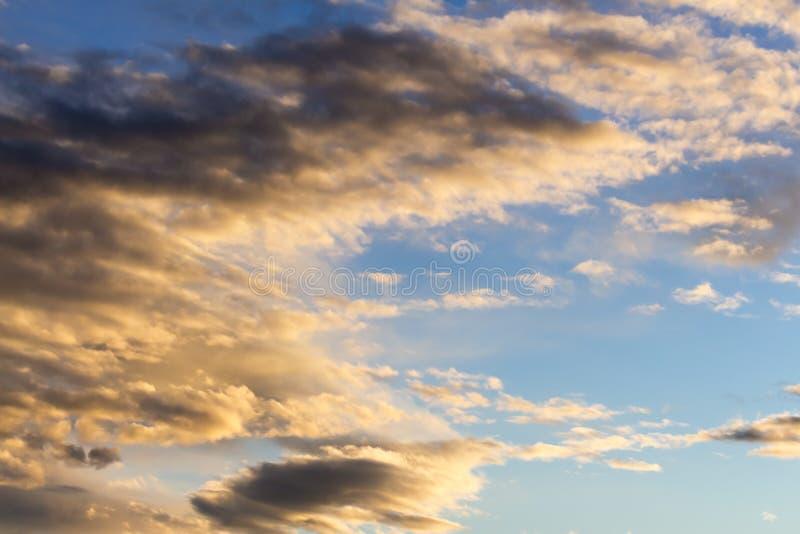 蓝天和高卷云 免版税库存照片