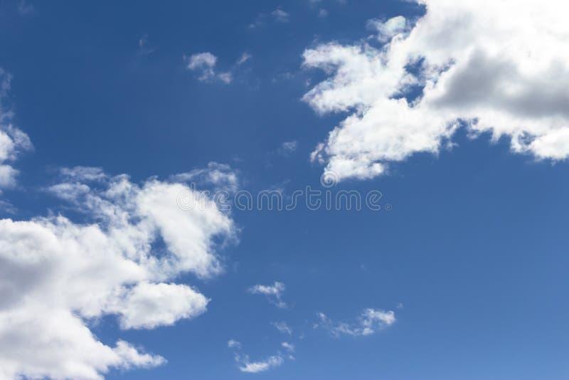 蓝天和高卷云 免版税库存图片