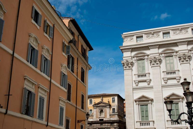 蓝天和黄色大厦在近罗马Fontana在Trevi街道, 2月的di Trevi 免版税库存照片