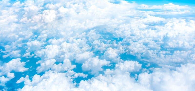 蓝天和从飞机窗口的云顶视图鸟瞰图, 免版税图库摄影
