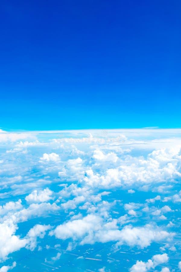 蓝天和从飞机窗口的云顶视图鸟瞰图, 免版税库存图片