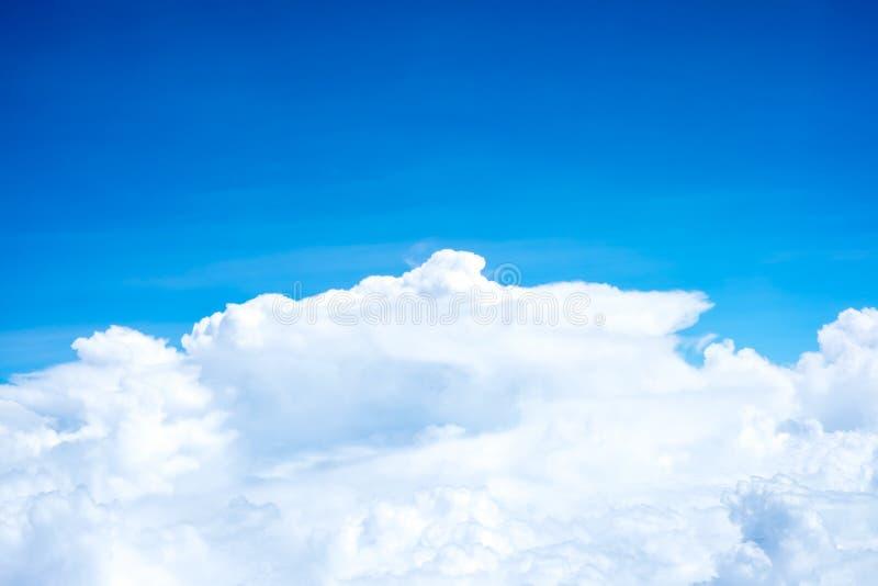 蓝天和从飞机窗口,自然backgrou的云顶视图 库存照片
