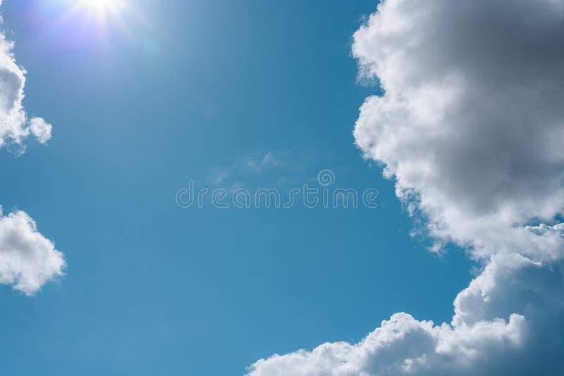 蓝天抽象背景与豪华的云彩的和太阳的明亮的光芒与空间的拷贝的 免版税库存照片