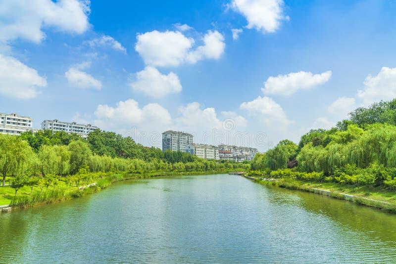 蓝天白云下青州市园林湖泊景观 库存图片
