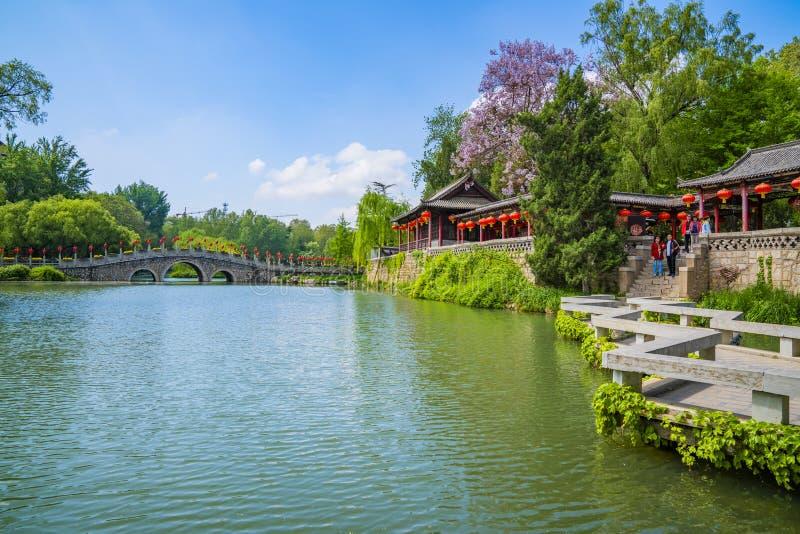蓝天白云下青州市园林湖泊景观 库存照片