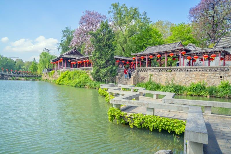 蓝天白云下青州市园林湖泊景观 免版税库存照片