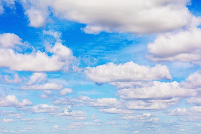 蓝天白云的抽象运动 图库摄影