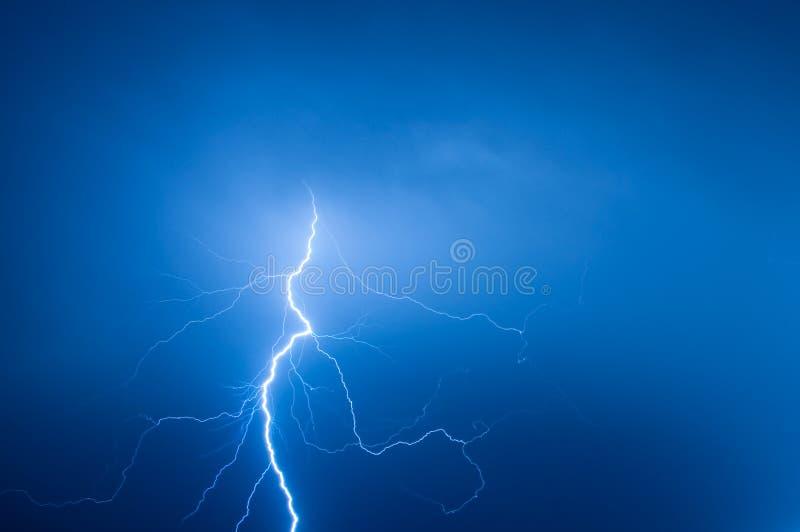 蓝天的闪电 免版税库存图片