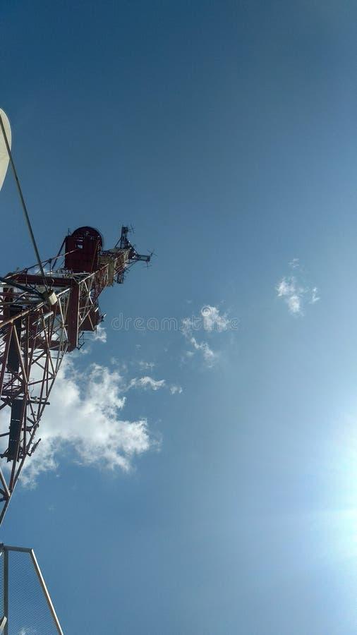 蓝天背景中的电视塔 库存图片
