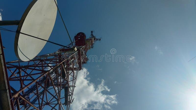 蓝天背景中的电视塔 库存照片