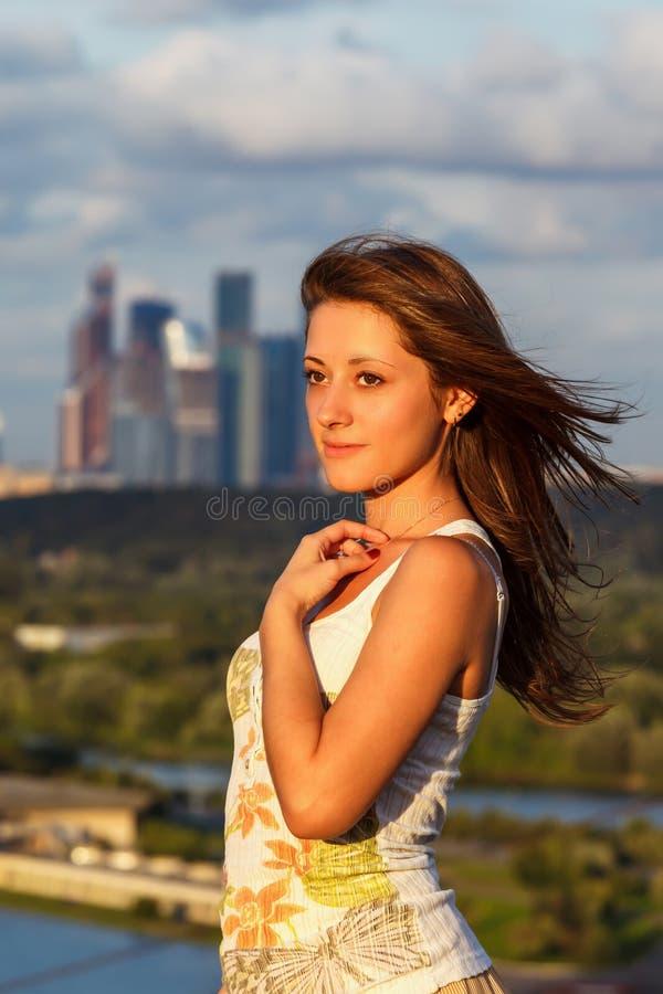 蓝天背景的女孩  免版税库存照片