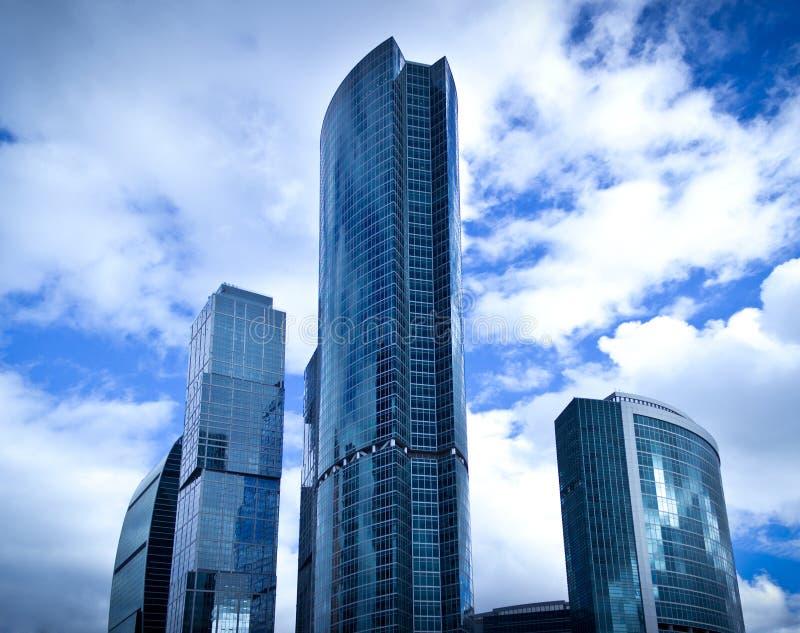 蓝天背景的摩天大楼 免版税库存照片