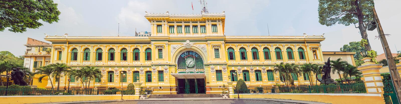 蓝天背景的西贡中央邮局在胡志明,越南 哥特式大厦的钢结构被设计了  免版税库存照片