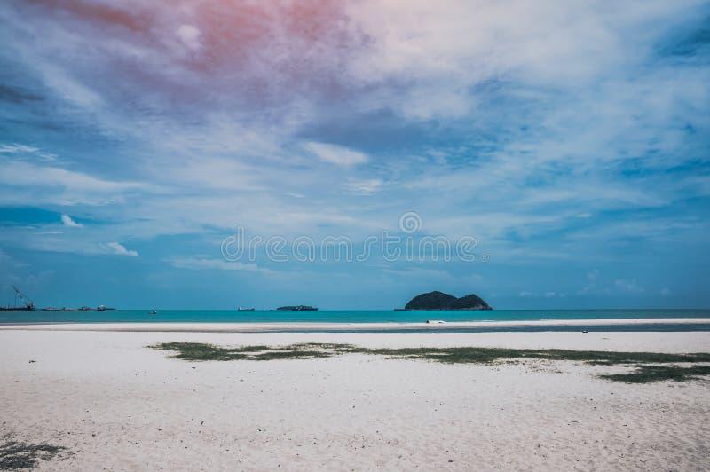 蓝天风景与云彩的在海 背景海滩蓝色五颜六色的天空伞假期 库存图片