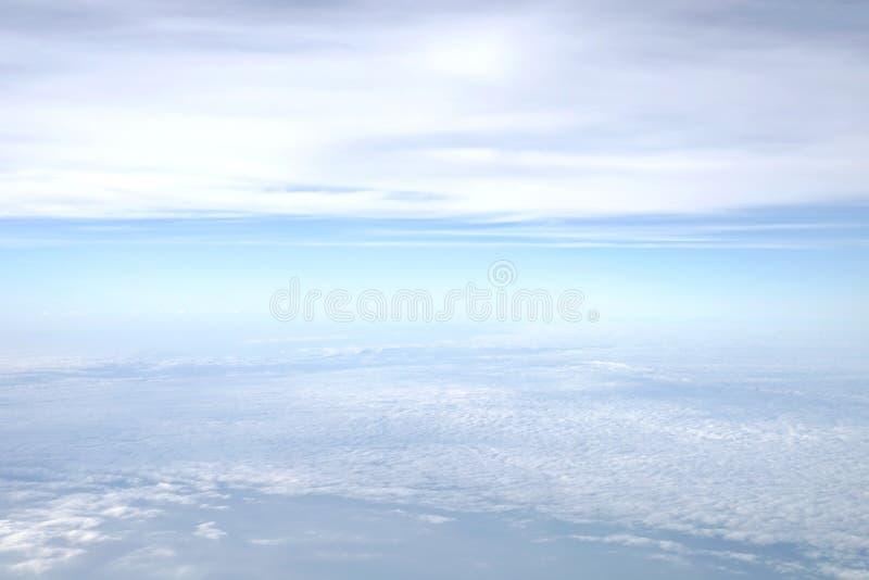 蓝天鸟瞰图与软的蓬松白色云彩的 免版税库存图片