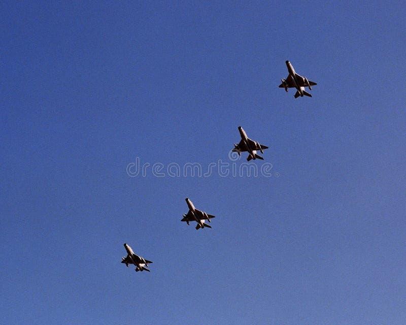 蓝天,四架战斗机在编队飞行训练的七架飞机 免版税库存照片
