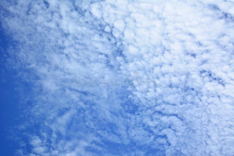 蓝天,在明亮的天空的疏散云彩 库存照片