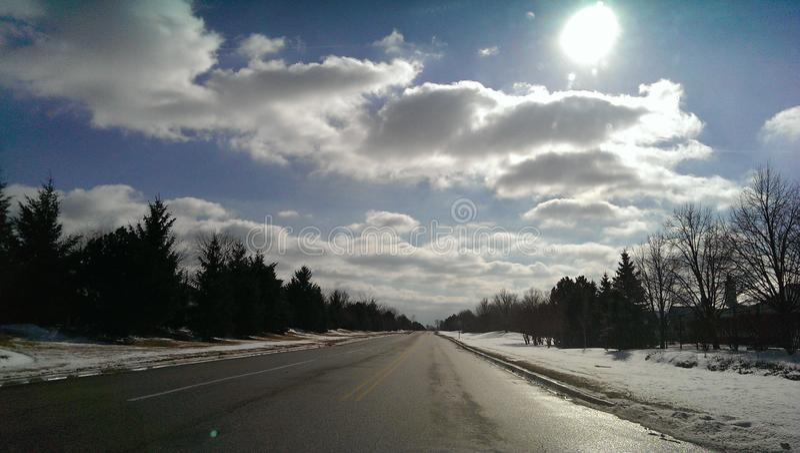 蓝天,白色云彩,冰冷的路 库存照片