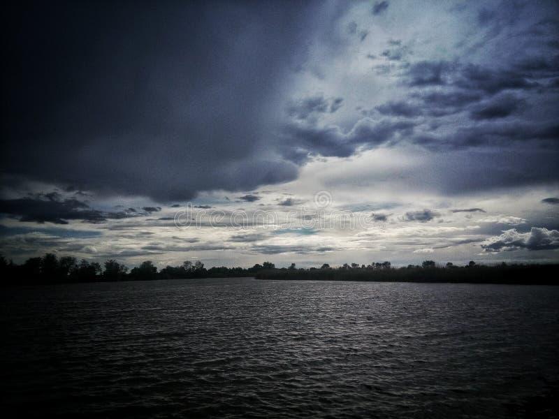 蓝天黑色湖 免版税库存图片