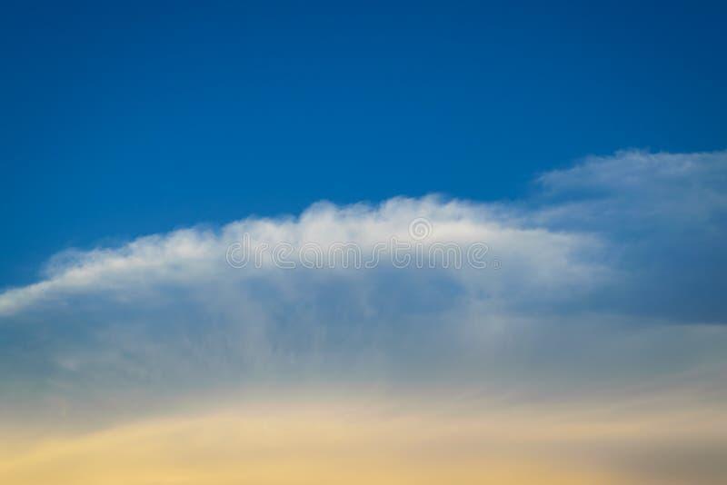Download 蓝天 库存图片. 图片 包括有 靠山, 天堂, beautifuler, 环境, 结算, 田园诗, 航空 - 59106707