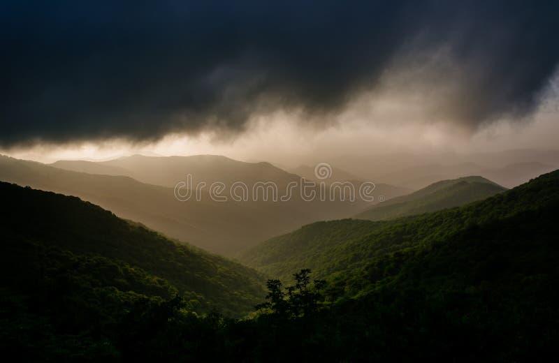 蓝岭山脉的朦胧的晚上视图从蓝色Ridg的 库存图片