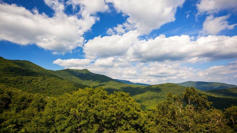 蓝岭山行车通道云彩卷过去风景山在Ashev 库存图片