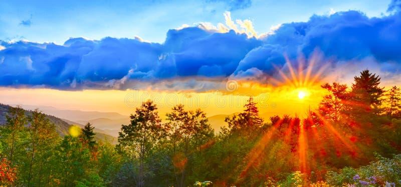 蓝岭山行车通道夏天西部阿巴拉契亚山脉的日落 免版税库存照片