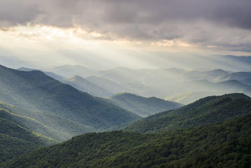 蓝岭山行车通道崎岖的庭院NC太阳发出光线风景 图库摄影