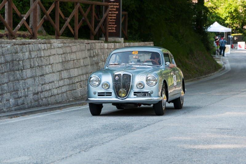 蓝旗亚AURELIA B20 GT 2500 IV在一辆老赛车的SERIE 1955年在集会Mille Miglia 2017年 库存图片