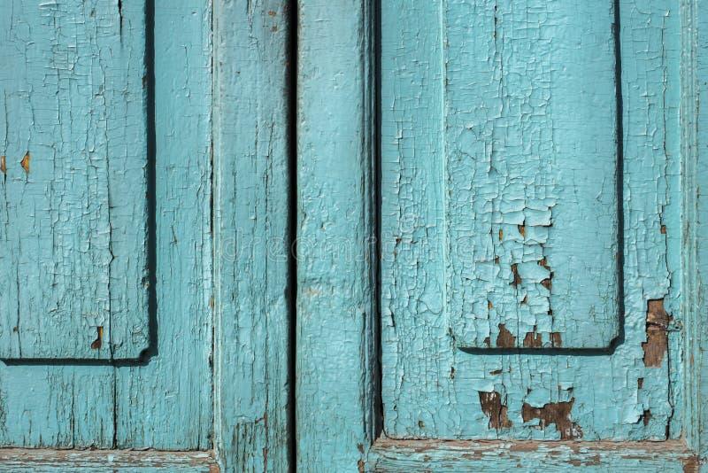 蓝灰色油漆呈杂色的木门 图库摄影