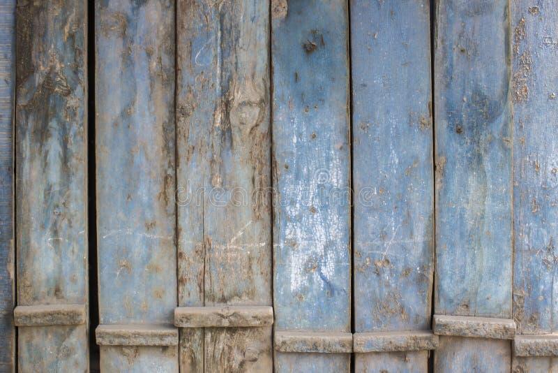 蓝灰色油漆呈杂色的木门 库存照片