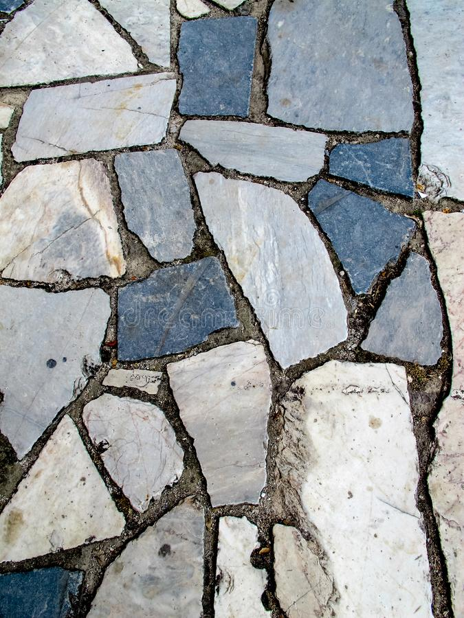 蓝灰色白色破裂的大理石边路路面 库存照片