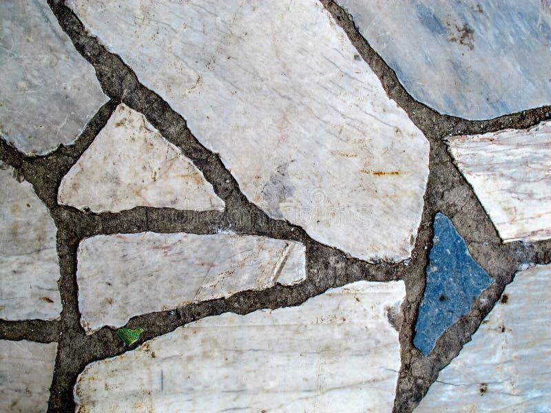 蓝灰色白色破裂的大理石边路路面 免版税库存照片
