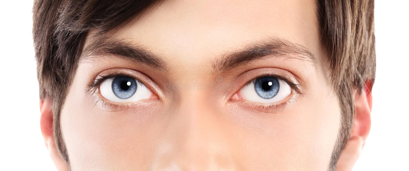 蓝眼睛特写镜头从一个年轻人的 免版税库存照片