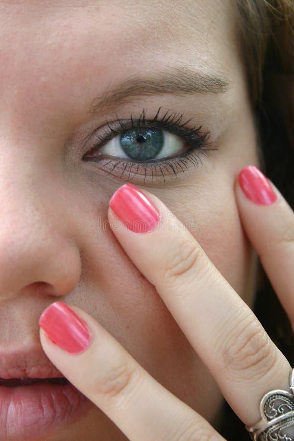 蓝眼睛的女孩固定粉红色 免版税图库摄影