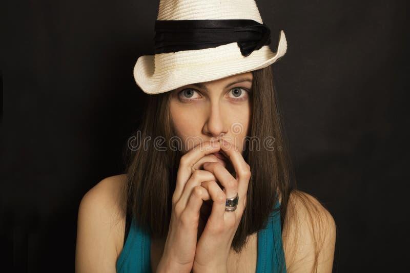 蓝眼睛的女孩帽子纵向空白年轻人 免版税图库摄影