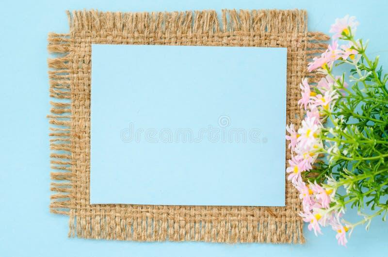 Download 蓝纸与花的空白标记 库存照片. 图片 包括有 文本, 绽放, 春天, 礼品, 装饰, 空白的, 大袋, 蓝色 - 59111530