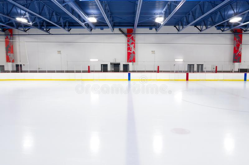 蓝线的室内曲棍球溜冰场 免版税库存图片