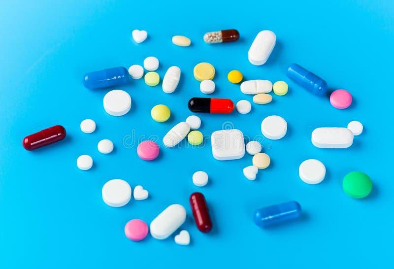 蓝背景药丸、片剂、胶囊 免版税库存照片