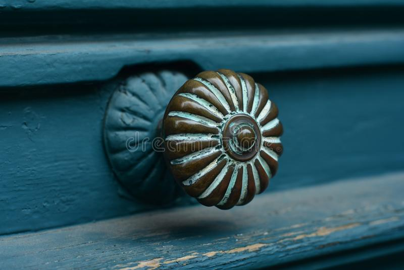 蓝色与门把手的绿松石老古色古香的门特写镜头  免版税库存图片