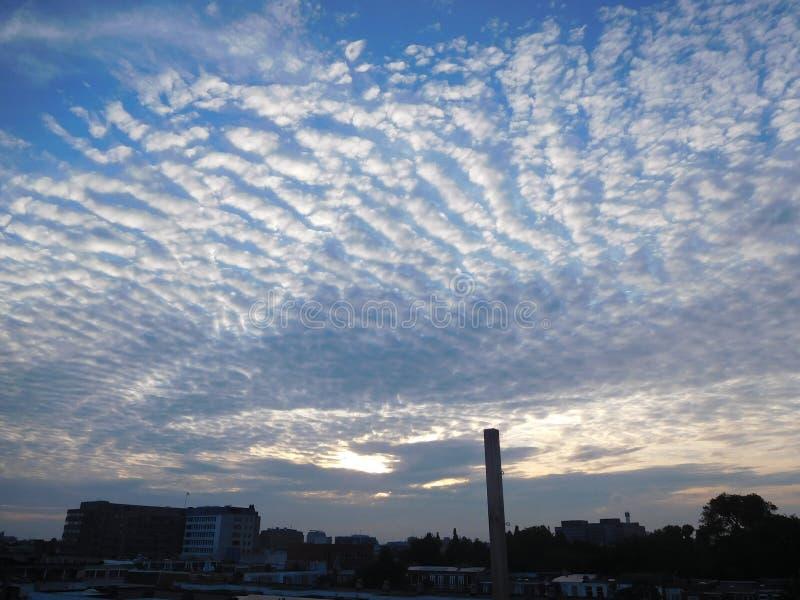 蓝色云彩在阿姆斯特丹的被加点的天空 库存图片